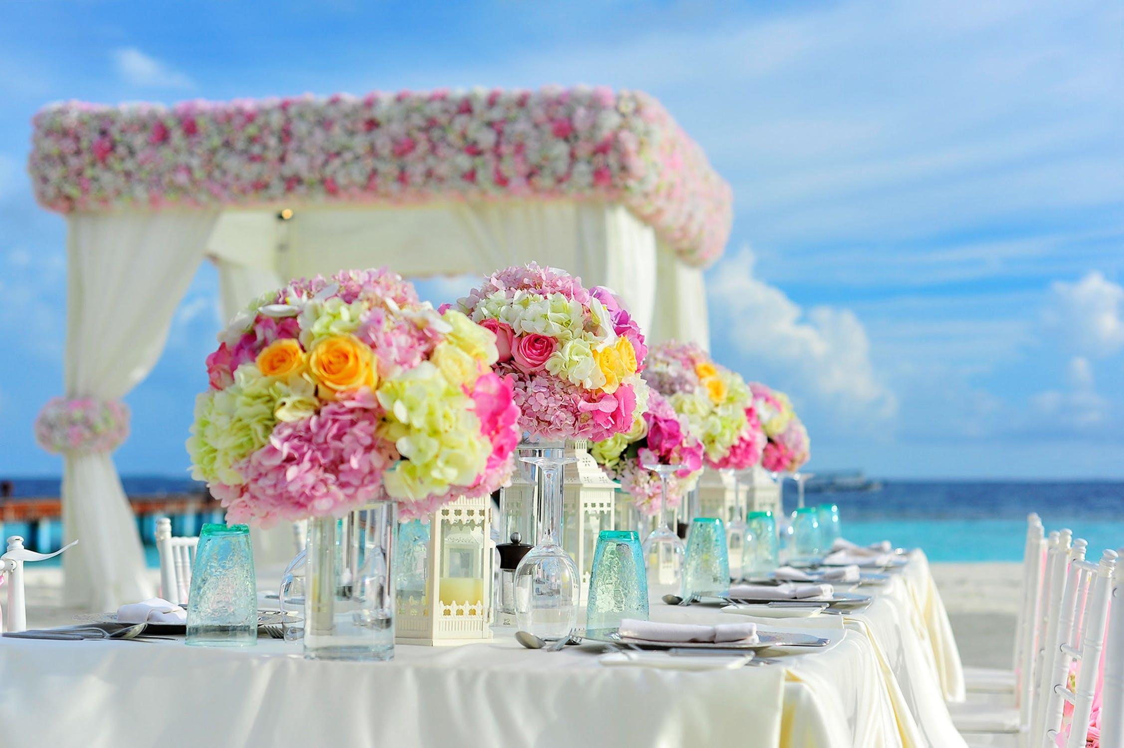 אז חתונה מול הים או בתוך העיר?